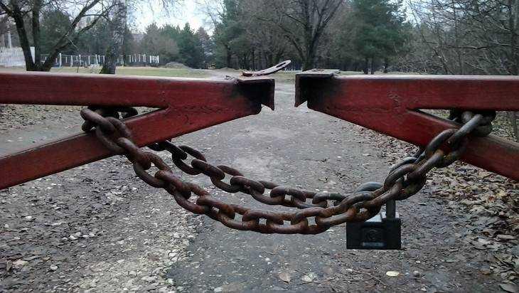 Проезд через «Соловьи» владельцам брянских вилл перекрыли якорной цепью