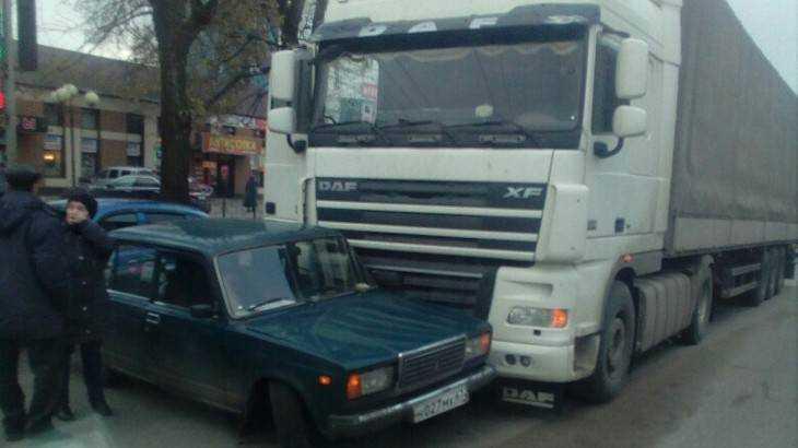 В Брянске у стальзавода легковушка попала под фуру