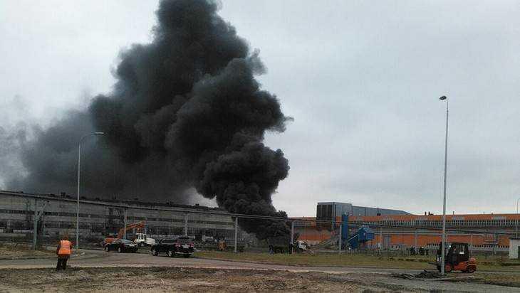 В Брянске сняли видео загоревшейся на заводе цистерны с топливом