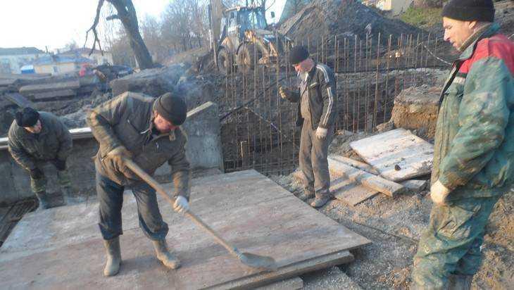 В Брянске на бульваре Гагарина разразился скандал из-за старой опалубки
