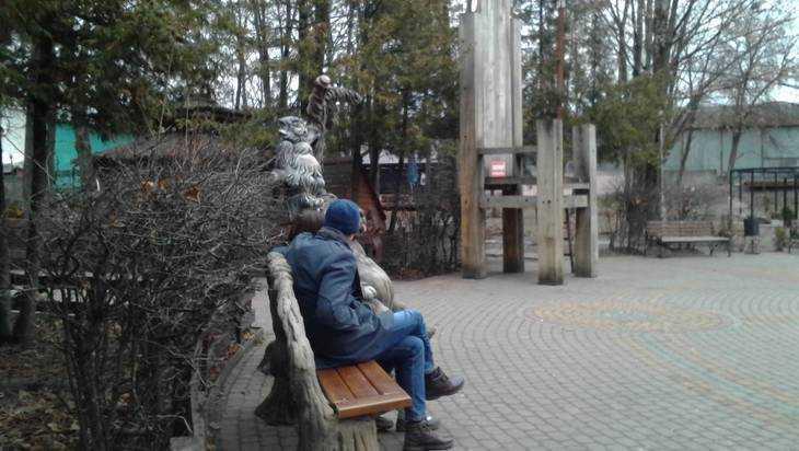 В брянском парке «Юность» трактор выкопал сказочные скульптуры