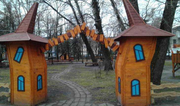 В брянском парке «Юность» сказочные грибы пали жертвой киосков