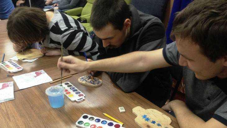 В Брянске юные осужденные сделали игрушки для новогодних елок