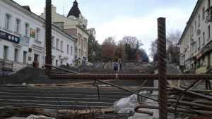 В Брянске лестница на бульваре Гагарина приросла гранитной статью