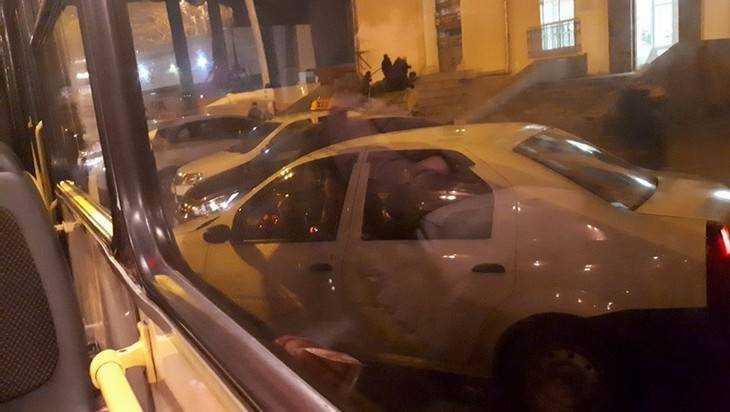 Таксисты парализовали движение возле вокзала Брянск-1