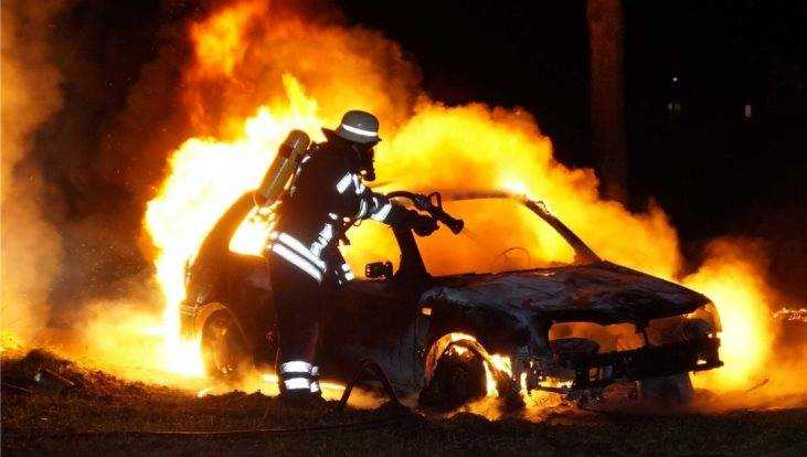 В Выгоничском районе иномарка врезалась в гараж и загорелась