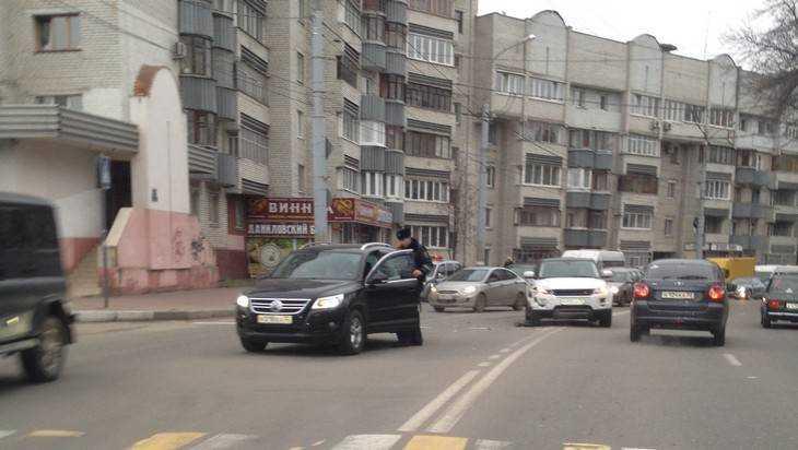 В Брянске девушка на кроссовере с «блатным» номером устроила аварию