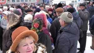 В Клинцах сняли видео битвы за подарки возле агитпоезда ЛДПР