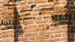 В Брянске коммунальщика оштрафовали за падавшие с крыши кирпичи