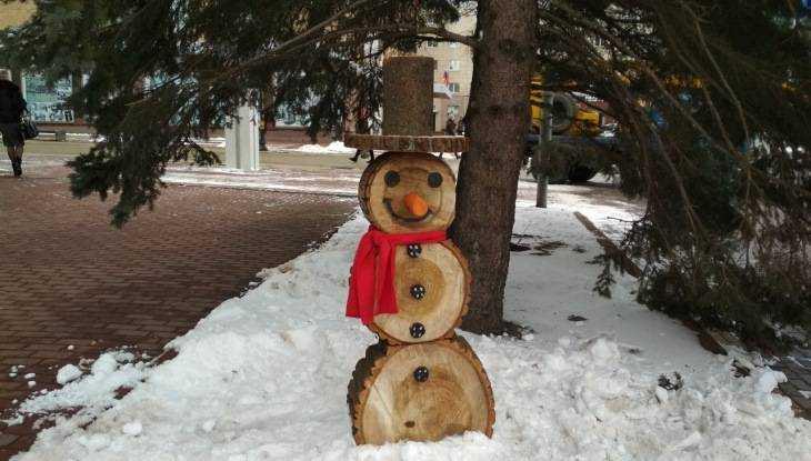 В Брянске на площади Ленина поселился весёлый снеговик