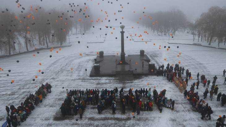 На белой площади Воинской славы школьники выстроились в слово «Брянск»
