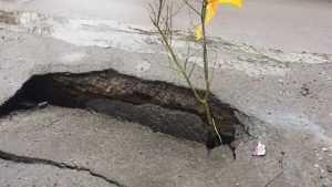 На дороге под Брянском образовался опасный провал