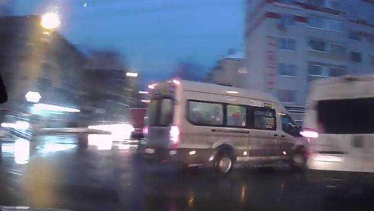 В Брянске сняли видео опасного маневра лихого маршрутчика