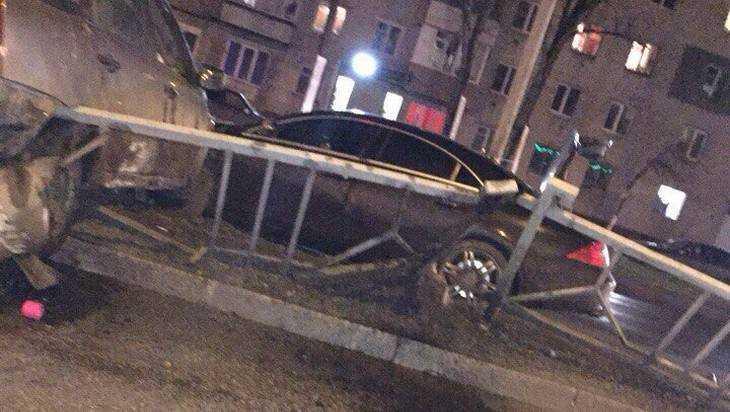 В Брянске на Московском проспекте автомобиль залетел на ограждение