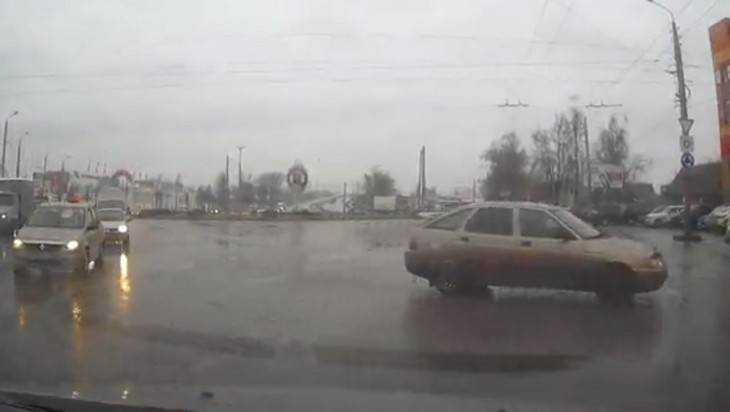 В Брянске сняли видео очень вежливой аварии