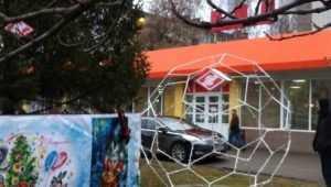 В Брянске установят красно-белую ёлку и светящийся футбольный мяч
