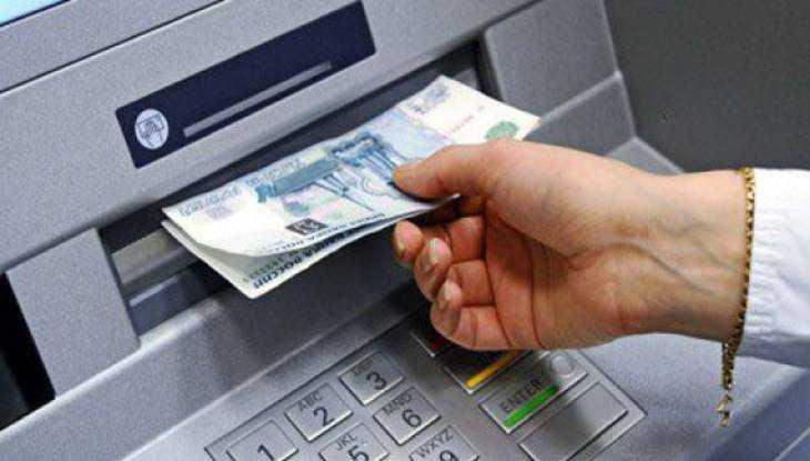 Брянец украл забытые женщиной в банкомате 7000 рублей