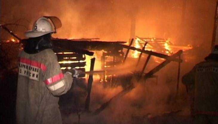 В Белых Берегах пожарные спасли человека из горевшего сарая