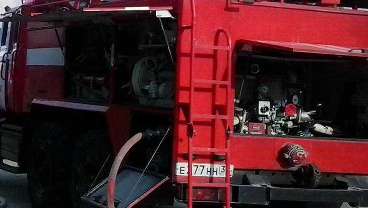В Брянске сняли видео прорыва пожарных через забитый машинами двор