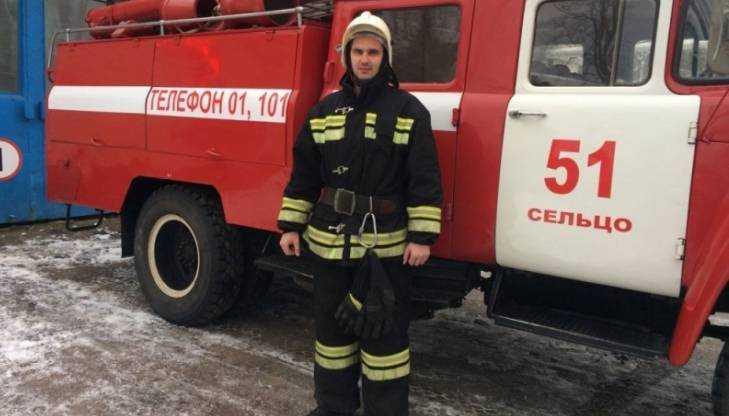 Брянский пожарный спас угодившую в ДТП женщину