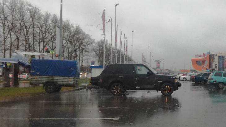 В Брянске у ТРЦ  «Аэропарк» сфотографировали виртуоза парковки