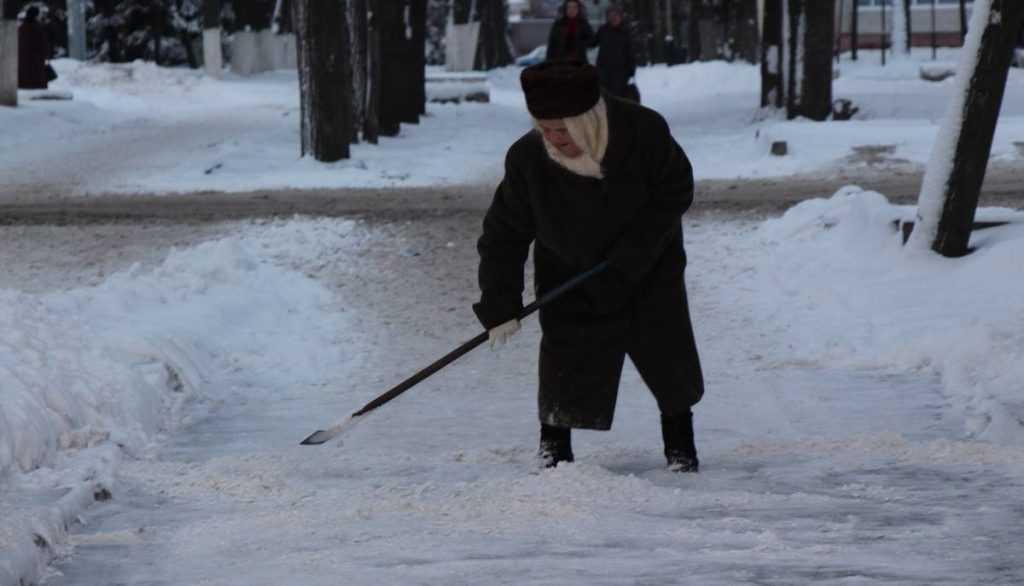 Тротуары Брянска будут очищать от снега реагентом «Экороуд»
