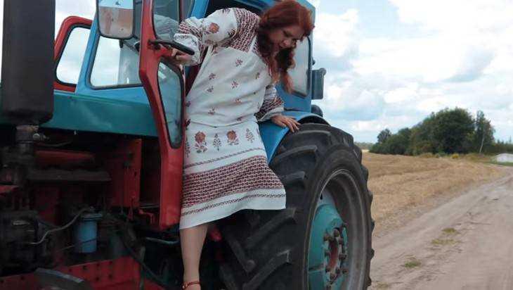 Матрена Калинина спела про крадущих морковку брянских зайцев и купорос