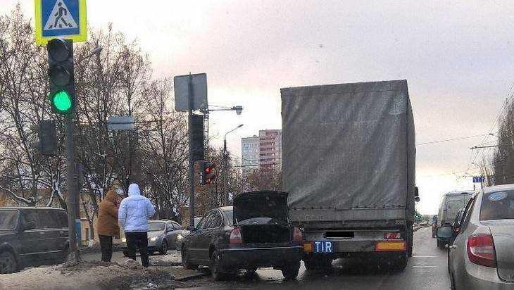 В Брянске на Московском иномарка вылетела на «зебру» после ДТП