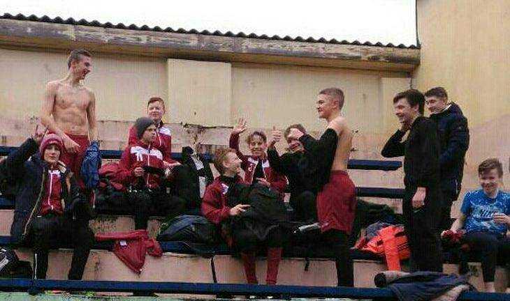 В Брянске молодым футболистам велели переодеваться на трибунах