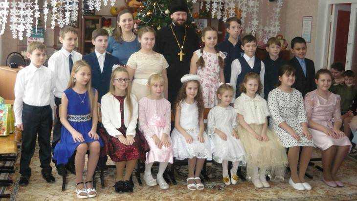 Брянские воспитанники воскресной школы поздравили ребят из приюта