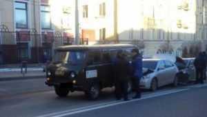 В Брянске на проспекте Ленина столкнулись три автомобиля