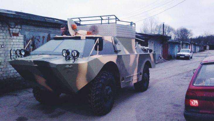 Владельцев брянских гаражей удивила бронированная машина разведчиков
