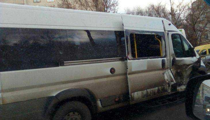 В Брянске столкнулись два лихих маршрутчика