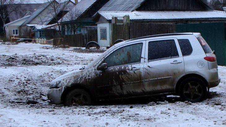 В Дятькове автомобиль едва не утонул посреди улицы