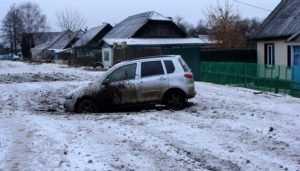 В Дятькове легковушка угодила в огромную яму на дороге