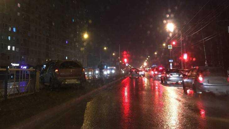 В Брянске на проспекте Станке Димитрова Renault пробил ограждение