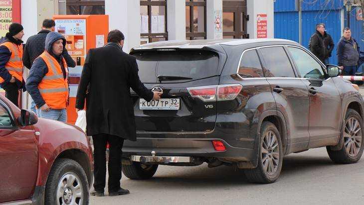 В Брянске за нарушения у железнодорожного вокзала наказали 30 таксистов