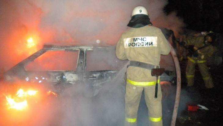 В Брянске сняли видео горящей на стоянке машины