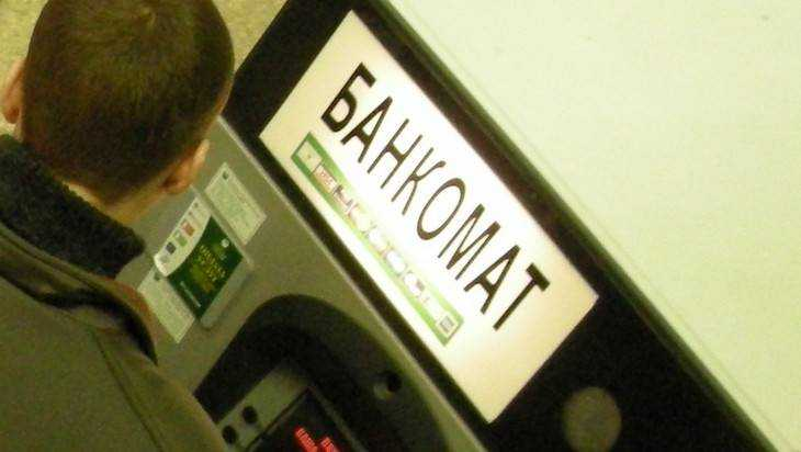 В Брянске видеокамера банкомата сняла крадущего деньги таксиста