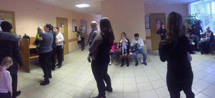 Жители Брянска пожаловались на огромные очереди в детской поликлинике