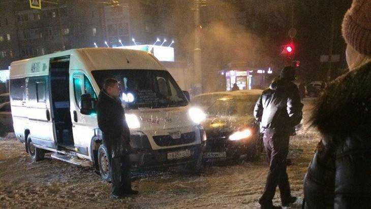 В Брянске на снежной каше столкнулись маршрутка №49 и легковушка