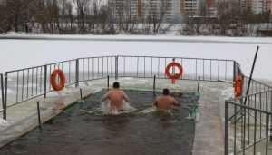 В Брянске две тысячи человек окунулись в студеные крещенские купели