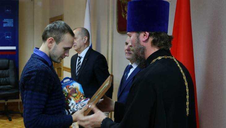 В Брянске 29 сирот получили ключи от новых однокомнатных квартир