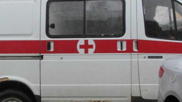 Неосторожный водитель микроавтобуса в Севске сломал ноги пенсионерке