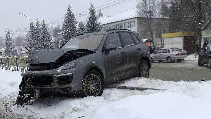 В Брянске Porsche протаранил маршрутку и снес ограду