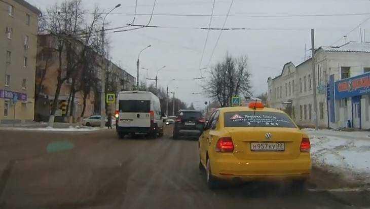 Брянский маршрутчик потеряет «права» за обгон на пешеходном переходе