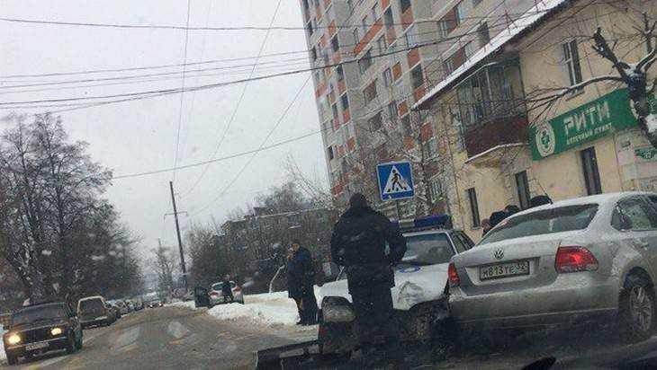 В Брянске иномарку протаранил служебный автомобиль охраны