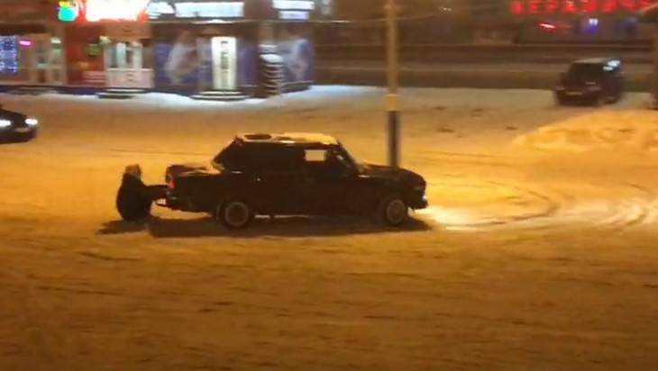 В Брянске сняли видео опасных гонок зацеперов на парковке у «Линии»