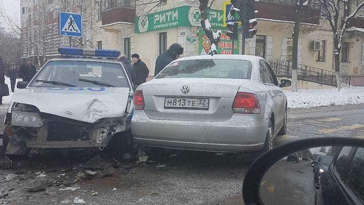 В Брянске служебный автомобиль спешившей охраны врезался в Polo