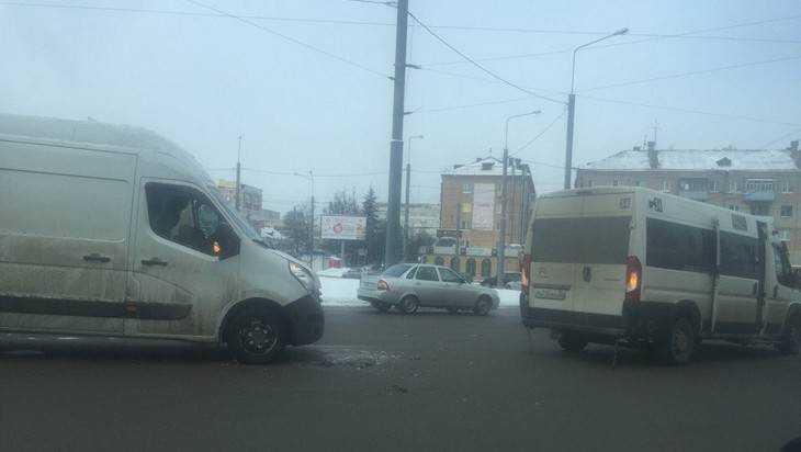 В Брянске на кольце возле «Полтинника» столкнулись маршрутки 10 и 34